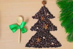 De kop van koffie met Kerstmis stelt en decoratie voor Vorm van Kerstmisboom van koffiebonen wordt gemaakt op houten lijst die royalty-vrije stock fotografie