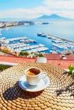 De kop van koffie met mening over de Vesuvius zet in Napels op Stock Foto's