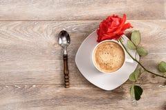 De kop van koffie met rood nam toe Royalty-vrije Stock Foto