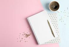 De kop van koffie met voorbeeldenboeken, schittert sterren en pen op kleurenachtergrond royalty-vrije stock afbeeldingen