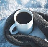 De kop van koffie omringde de warme sjaal op de houten lijst in de wintertijd Stock Afbeelding