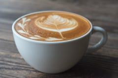 De kop van de koffie op houten lijst Royalty-vrije Stock Fotografie