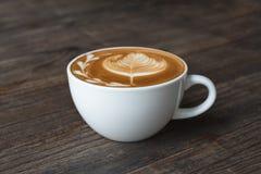 De kop van de koffie op houten lijst Royalty-vrije Stock Foto