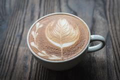 De kop van de koffie op houten lijst Royalty-vrije Stock Foto's