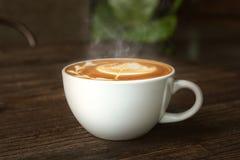 De kop van de koffie op houten lijst Stock Afbeelding