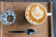 De kop van de koffie op houten lijst Stock Afbeeldingen