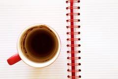 De kop van de koffie op notitieboekje Royalty-vrije Stock Foto's