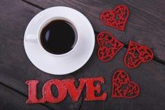 De kop van koffie, rode harten en liefdeteksten Royalty-vrije Stock Foto