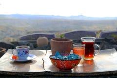 De kop van Turkse thee en koffie op de houten lijst in de bergen Royalty-vrije Stock Afbeeldingen