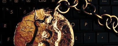 De Kopbal van de Bitcoinketting Het echte die muntstuk van crypto munt door metaalketting is wordt aangesloten bij op een compute royalty-vrije stock afbeeldingen