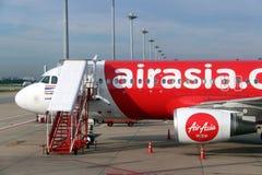 De kopbalsectie van het vliegtuig van Thaise Airasia, Luchtbus A320 wordt geparkeerd op het parkeerterrein stock afbeeldingen