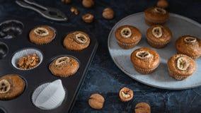 De kopcake van de bakkerij verse banaan heet van oven, naar huis gemaakt voedsel stock foto