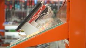 De koper in de elektronikaopslag kiest een nieuw gadget 4k, close-up, onduidelijk beeldachtergrond Het zoeken van een nieuwe vred stock videobeelden
