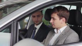 De koper inspecteert de auto die hij die gaan kopen stock videobeelden