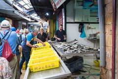 De koper neemt de vissen van het dienblad in de vissenmarkt op op de markt in de oude stad van Acre in Israël Royalty-vrije Stock Fotografie