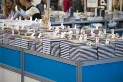 De kopers kijken nieuwe boeken royalty-vrije stock foto