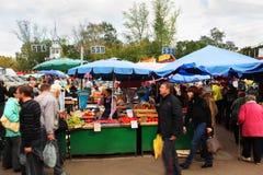 De kopers lopen in markt Preobrazhensky Royalty-vrije Stock Foto's