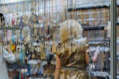 De kopers selecteren punten in de juwelenopslag Stock Foto's