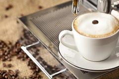 De kophoogtepunt van de espresso met koffiebonen Stock Foto's