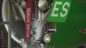 De koplamp op de voorzijde van het vliegtuig stock footage