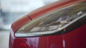 De Koplamp van de auto Auto die zich in autotoonzaal bevinden stock videobeelden