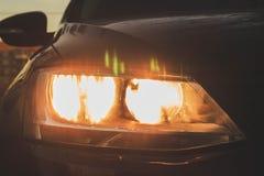 De koplamp van de auto is zwart achtergrond voor de Desktop stock fotografie
