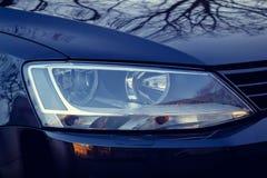 De koplamp van de auto is zwart achtergrond voor de Desktop stock afbeeldingen