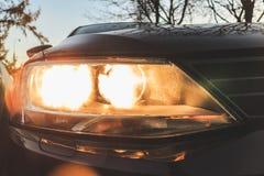 De koplamp van de auto is zwart achtergrond voor de Desktop royalty-vrije stock foto's