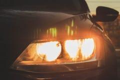 De koplamp van de auto is zwart achtergrond voor de Desktop royalty-vrije stock fotografie