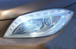 De Koplamp van de auto Steekt de weg bij nacht aan wanneer het drijven royalty-vrije stock afbeeldingen
