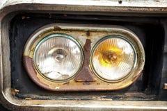 De koplamp van de oude auto stock afbeeldingen
