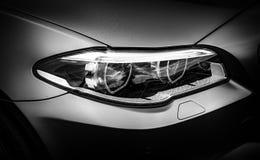 De koplamp van een moderne luxeauto stock foto