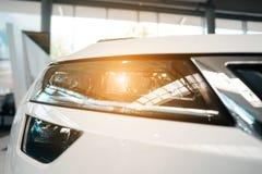 De koplamp van een moderne prestigieuze auto vanuit een dichte invalshoek stock afbeeldingen