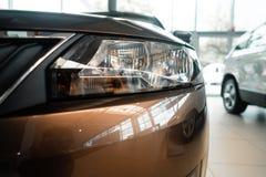 De koplamp van een moderne prestigieuze auto vanuit een dichte invalshoek royalty-vrije stock fotografie