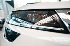 De koplamp van een moderne prestigieuze auto vanuit een dichte invalshoek royalty-vrije stock afbeelding