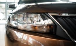 De koplamp van een moderne prestigieuze auto vanuit een dichte invalshoek stock fotografie