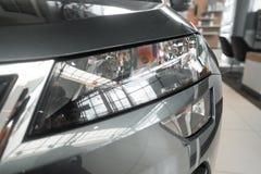 De koplamp van een moderne prestigieuze auto vanuit een dichte invalshoek stock afbeelding