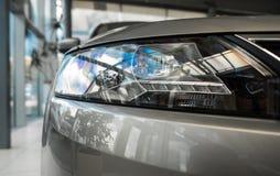 De koplamp van een moderne prestigieuze auto vanuit een dichte invalshoek royalty-vrije stock afbeeldingen
