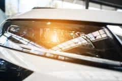 De koplamp van een moderne prestigieuze auto vanuit een dichte invalshoek stock foto's