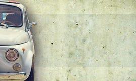 De koplamp van de oude mooie auto op de achtergrond van een concrete muur De ruimte van het exemplaar De reparatie van conceptenb royalty-vrije stock fotografie