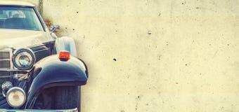 De koplamp van de oude mooie auto op de achtergrond van een concrete muur De ruimte van het exemplaar De reparatie van conceptenb stock foto's