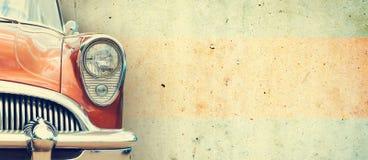 De koplamp van de oude mooie auto op de achtergrond van een concrete muur De ruimte van het exemplaar De reparatie van conceptenb royalty-vrije stock foto's