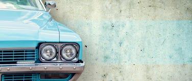 De koplamp van de oude mooie auto op de achtergrond van een concrete muur De ruimte van het exemplaar De reparatie van conceptenb royalty-vrije stock afbeelding