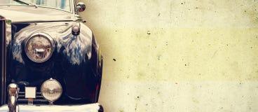 De koplamp van de oude mooie auto op de achtergrond van een concrete muur De ruimte van het exemplaar De reparatie van conceptenb stock afbeeldingen
