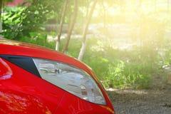 De koplamp van de rode auto, de mening van de kant stock foto's