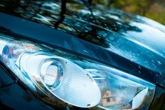 De koplampen van de moderne en luxeauto Rome - Italië Detail op één van de LEIDENE koplampen moderne auto De Koplamp van luxeauto stock fotografie