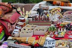 De koppen, de fluit en de herinneringen van de Yerbasteen bij Zuidamerikaanse markt Stock Afbeelding