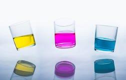De koppen drinken, vers, versheidskleur, schoten, blauw, glas, plons, water, stock fotografie