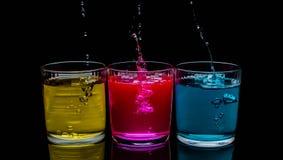 De koppen drinken, vers, versheidskleur, schoten, blauw, glas, plons, water, stock foto