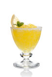 De koppen van de citroen slushie die met geïsoleerdeu munt worden verfraaid Royalty-vrije Stock Afbeelding
